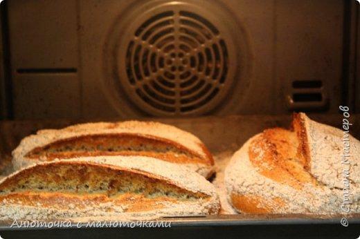 Здравствуйте! Решила сегодня поделиться своим рецептом и способом приготовления хлеба на закваске.  Некоторое время назад наша семья перешла на БИО муку вместо обычной магазинной (т.е. на выращенную без применения пестицидов и других химикатов во время выращивания, сбора и т.п.). Она несколькоо отличается от обычной в применении :) Но это просто нюанс. Всё то же самое можно сделать и из обычной муки.   Наша семья по больше части (кроме старшего сына) кислый хлеб не любит, поэтому я постепенно пришла к рецепту такого хлеба, который нравился бы всем. Как известно, хлеб на закваске почти всегда кислит, но всё-таки есть некоторые хитрости, помогающие эту кислинку свести к минимуму, а иногда и совсем убрать. фото 40