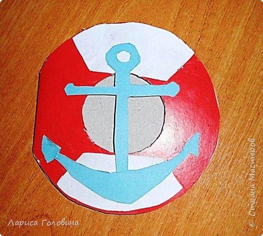 """Делали работы на конкурс """"Калейдоскоп"""". Получилось, что от военной тематики немного отошли. Кораблик Тимура. Сложен в технике оригами. Флажки - дырокольные. Волны тоже сделаны дыроколом. фото 7"""
