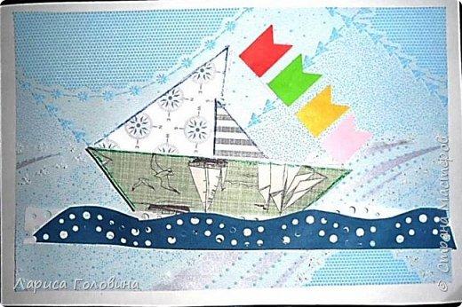 """Делали работы на конкурс """"Калейдоскоп"""". Получилось, что от военной тематики немного отошли. Кораблик Тимура. Сложен в технике оригами. Флажки - дырокольные. Волны тоже сделаны дыроколом. фото 1"""