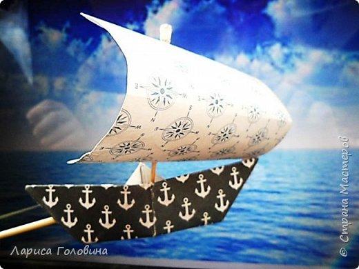 """Делали работы на конкурс """"Калейдоскоп"""". Получилось, что от военной тематики немного отошли. Кораблик Тимура. Сложен в технике оригами. Флажки - дырокольные. Волны тоже сделаны дыроколом. фото 3"""