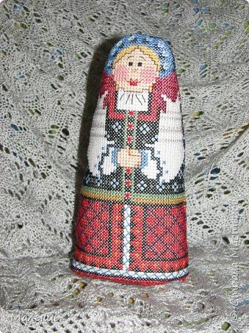 Здравствуйте, дорогие мастерицы и мастера!!! Старшему ребенку в школе сказали, принести куклу в народном костюме. Долго думала, но так как шить я не умею, а вышивать очень люблю... Облазив интернет нашла схему куклы. Не много изменив цвет ниток, у меня получилась вот такая красавица. Назвать решили Марусей. фото 1