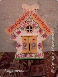 Мой первый домик из деревянной заготовки. Очень захотелось чтобы он был сказочным. В детстве видела сказку, где сказочница открывала ставенки и начинала из окошка рассказывать сказку. фото 2