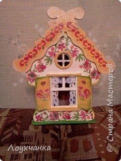 Мой первый домик из деревянной заготовки. Очень захотелось чтобы он был сказочным. В детстве видела сказку, где сказочница открывала ставенки и начинала из окошка рассказывать сказку. фото 1
