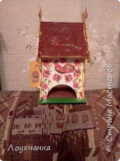 Мой первый домик из деревянной заготовки. Очень захотелось чтобы он был сказочным. В детстве видела сказку, где сказочница открывала ставенки и начинала из окошка рассказывать сказку. фото 3