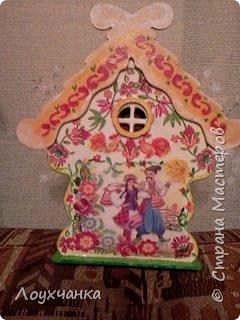 Мой первый домик из деревянной заготовки. Очень захотелось чтобы он был сказочным. В детстве видела сказку, где сказочница открывала ставенки и начинала из окошка рассказывать сказку. фото 5
