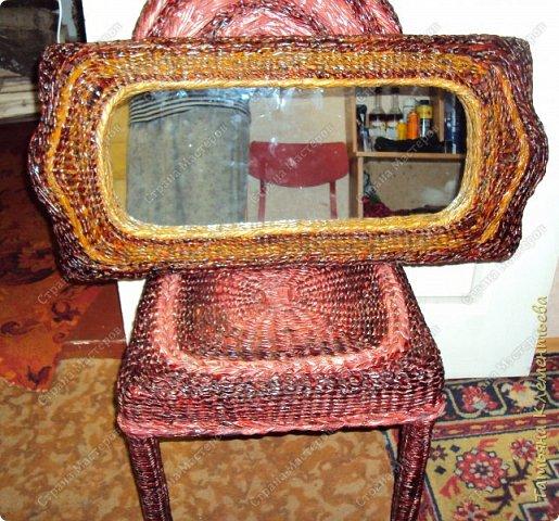 Это уже четвёртое зеркало, одетое в плетёную раму из газетных трубочек. Подрамник и основа для рамы изготовлены из сотового поликарбоната, который остался после установки теплицы. Как изготовить такую раму можно посмотреть здесь  http://stranamasterov.ru/node/987352  фото 3