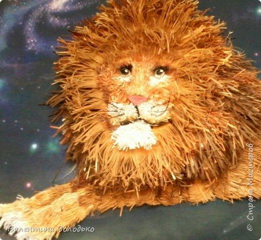 Здравствуйте дорогие мастера и мастерицы!!!Сегодня у меня лев.Сестра моего зятя попросила сделать панно со львом.Она по знаку зодиака -лев.Фон -распечатка зведного неба.На этом фото сделала более светлым,следуещее темный,а какой лучше не могу выбрать. фото 4