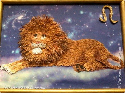 Здравствуйте дорогие мастера и мастерицы!!!Сегодня у меня лев.Сестра моего зятя попросила сделать панно со львом.Она по знаку зодиака -лев.Фон -распечатка зведного неба.На этом фото сделала более светлым,следуещее темный,а какой лучше не могу выбрать. фото 1
