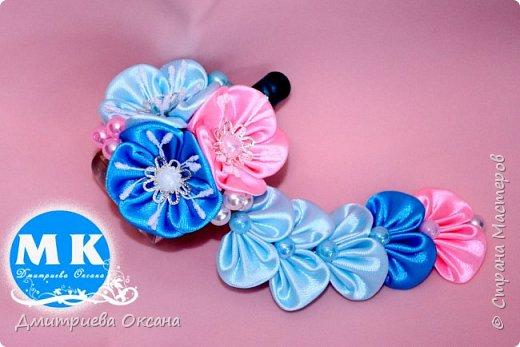 Мастер-класс в технике Канзаши. Сегодня в мастер-классе мы будем делать своими руками украшение для волос - заколку для волос. Заколку на голову украшаем оригинальными цветками в технике Канзаши. Цветы Канзаши  делаем из атласных лент шириной 5 см, в работе также используем красивые серединки для цветков. Удачи в творчестве!!!  фото 2