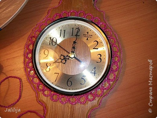 Уважаемые жители и гости Страны мастеров! Эти часы декорированы джутовой верёвкой, которую я предварительно покрасила. Хочу поделиться с вами, как это делается. фото 13