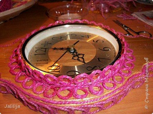 Уважаемые жители и гости Страны мастеров! Эти часы декорированы джутовой верёвкой, которую я предварительно покрасила. Хочу поделиться с вами, как это делается. фото 15