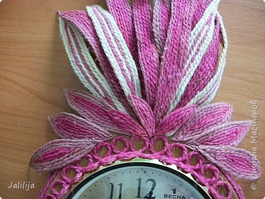 Уважаемые жители и гости Страны мастеров! Эти часы декорированы джутовой верёвкой, которую я предварительно покрасила. Хочу поделиться с вами, как это делается. фото 25