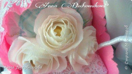 Всем здравствуйте. Сегодня я к вам с ещё одной памперсной люлькой. Внутри пеленка, украшена розами с конфетами. фото 3