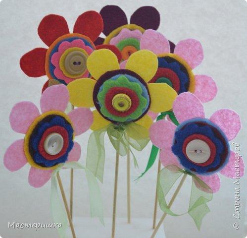 Здравствуйте друзья! А мы готовимся к маминому празднику. Идея изготовления такого цветочка появилась у меня при подготовке к занятию, где учились пришивать пуговицу. фото 1