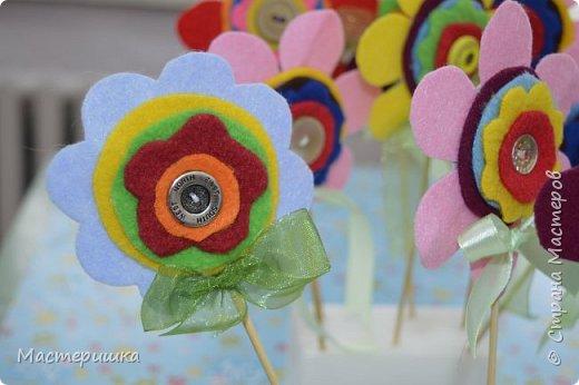Здравствуйте друзья! А мы готовимся к маминому празднику. Идея изготовления такого цветочка появилась у меня при подготовке к занятию, где учились пришивать пуговицу. фото 18