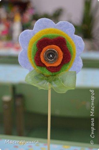 Здравствуйте друзья! А мы готовимся к маминому празднику. Идея изготовления такого цветочка появилась у меня при подготовке к занятию, где учились пришивать пуговицу. фото 17