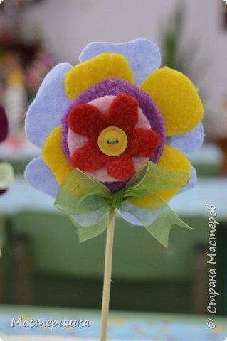 Здравствуйте друзья! А мы готовимся к маминому празднику. Идея изготовления такого цветочка появилась у меня при подготовке к занятию, где учились пришивать пуговицу. фото 16