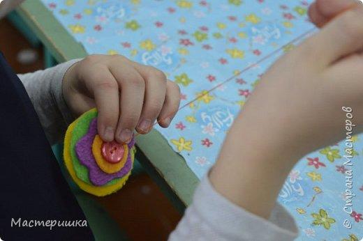 Здравствуйте друзья! А мы готовимся к маминому празднику. Идея изготовления такого цветочка появилась у меня при подготовке к занятию, где учились пришивать пуговицу. фото 8