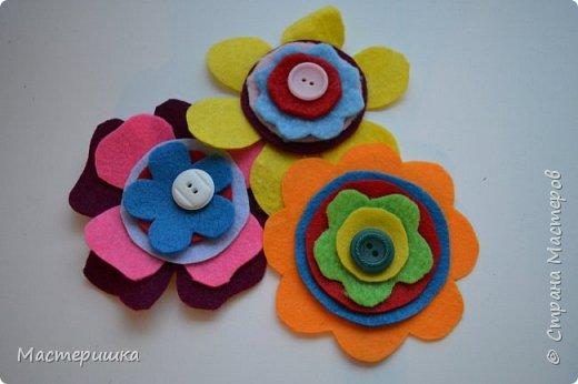 Здравствуйте друзья! А мы готовимся к маминому празднику. Идея изготовления такого цветочка появилась у меня при подготовке к занятию, где учились пришивать пуговицу. фото 7