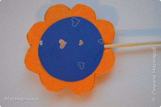 Здравствуйте друзья! А мы готовимся к маминому празднику. Идея изготовления такого цветочка появилась у меня при подготовке к занятию, где учились пришивать пуговицу. фото 10