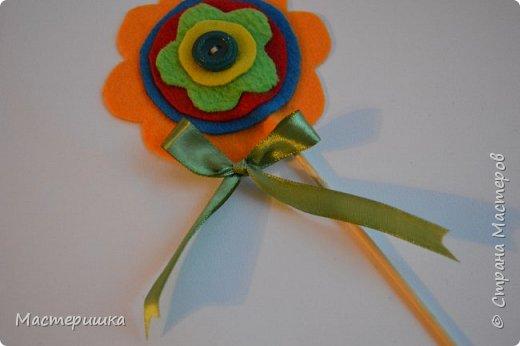 Здравствуйте друзья! А мы готовимся к маминому празднику. Идея изготовления такого цветочка появилась у меня при подготовке к занятию, где учились пришивать пуговицу. фото 11