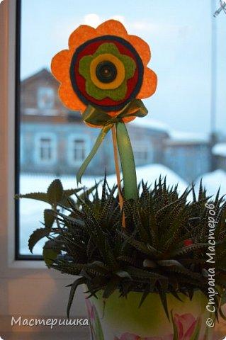 Здравствуйте друзья! А мы готовимся к маминому празднику. Идея изготовления такого цветочка появилась у меня при подготовке к занятию, где учились пришивать пуговицу. фото 12