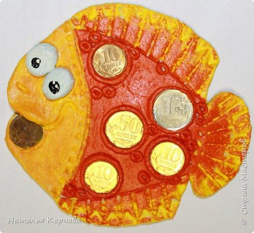 Добрый день, Страна Мастеров! Моя первая работа в технике солёное тесто. Эту рыбку нашла на просторах интернета, только там она в одном тёмном цвете. А мне захотелось сделать её весёлой, думаю у меня получилось, сделать её яркой и красочной.