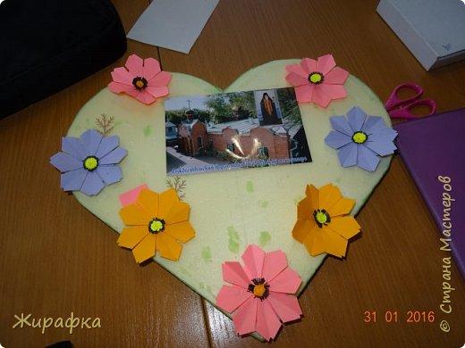 Это панно сделала семилетняя Алёнка и именно оно висит сейчас на нашем стенде. Остальные цветы у нас будут размещаться в другой коллективной работе, которую я покажу позже. фото 8