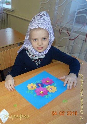 Это панно сделала семилетняя Алёнка и именно оно висит сейчас на нашем стенде. Остальные цветы у нас будут размещаться в другой коллективной работе, которую я покажу позже. фото 9