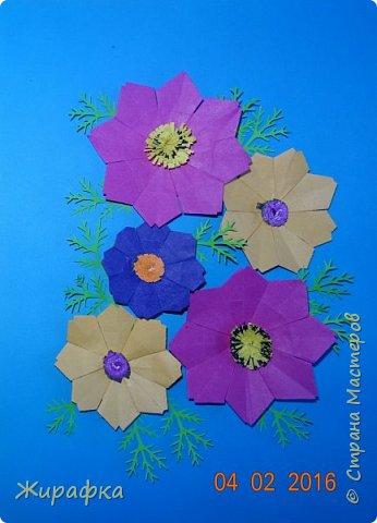 Это панно сделала семилетняя Алёнка и именно оно висит сейчас на нашем стенде. Остальные цветы у нас будут размещаться в другой коллективной работе, которую я покажу позже. фото 1