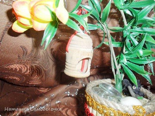 Все привет кто заглянул,давно хотела я как нибудь использовать свое огромное количество палочек для суши,вот и получился такой красивый боченок,так пустой же он не может стоять ,посадила в него деревце с скворечником,а под деревом спит киска))) фото 6