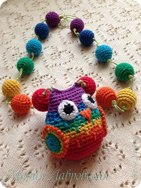 Продолжаю тему поделок для моей Малышки. Совушка и бусинки связанны из Х/Б ниток семи цветов радуги. Внутри совы коробочка от Киндера с тремя бусинками , для того что бы греметь))) фото 2