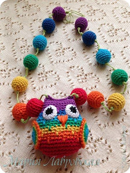 Продолжаю тему поделок для моей Малышки. Совушка и бусинки связанны из Х/Б ниток семи цветов радуги. Внутри совы коробочка от Киндера с тремя бусинками , для того что бы греметь))) фото 3