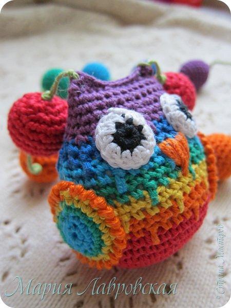 Продолжаю тему поделок для моей Малышки. Совушка и бусинки связанны из Х/Б ниток семи цветов радуги. Внутри совы коробочка от Киндера с тремя бусинками , для того что бы греметь))) фото 1