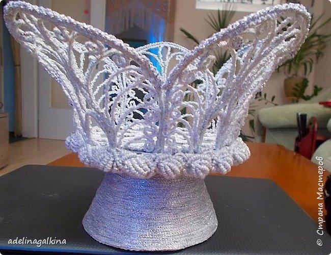 Ажурная ваза выполнена в технике макраме-скань.  Нитки-Effektgarn (metallisiert) -серебристые  Ножка-пластиковая салфетница, обклеенная серебристой нитью фото 4