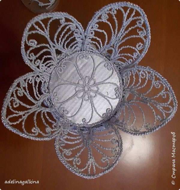 Ажурная ваза выполнена в технике макраме-скань.  Нитки-Effektgarn (metallisiert) -серебристые  Ножка-пластиковая салфетница, обклеенная серебристой нитью фото 5