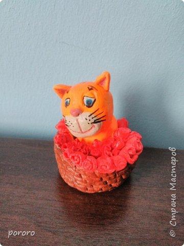 Котейка в карзинке с цветами и сердечком фото 2
