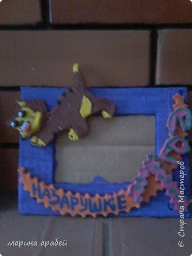 Вот такую рамочку  решила я  сделать в подарок маленькой только что родившейся девочке.Каркас сделан из картона ,с двух сторон приклеена подложка под ламинат .Затем вырезано отверстие для фото.Обкручено лентами из гофро бумаги .На фото видно начало обмотки. фото 6