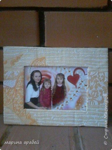 Вот такую рамочку  решила я  сделать в подарок маленькой только что родившейся девочке.Каркас сделан из картона ,с двух сторон приклеена подложка под ламинат .Затем вырезано отверстие для фото.Обкручено лентами из гофро бумаги .На фото видно начало обмотки. фото 7