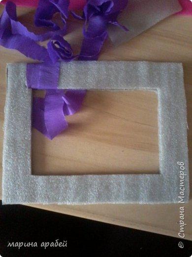 Вот такую рамочку  решила я  сделать в подарок маленькой только что родившейся девочке.Каркас сделан из картона ,с двух сторон приклеена подложка под ламинат .Затем вырезано отверстие для фото.Обкручено лентами из гофро бумаги .На фото видно начало обмотки. фото 1