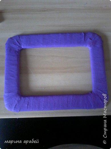 Вот такую рамочку  решила я  сделать в подарок маленькой только что родившейся девочке.Каркас сделан из картона ,с двух сторон приклеена подложка под ламинат .Затем вырезано отверстие для фото.Обкручено лентами из гофро бумаги .На фото видно начало обмотки. фото 2