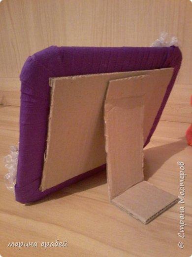 Вот такую рамочку  решила я  сделать в подарок маленькой только что родившейся девочке.Каркас сделан из картона ,с двух сторон приклеена подложка под ламинат .Затем вырезано отверстие для фото.Обкручено лентами из гофро бумаги .На фото видно начало обмотки. фото 4