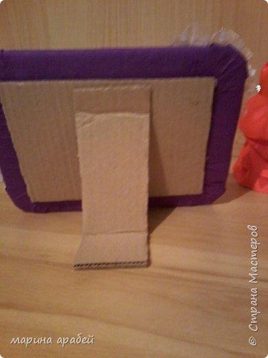 Вот такую рамочку  решила я  сделать в подарок маленькой только что родившейся девочке.Каркас сделан из картона ,с двух сторон приклеена подложка под ламинат .Затем вырезано отверстие для фото.Обкручено лентами из гофро бумаги .На фото видно начало обмотки. фото 5