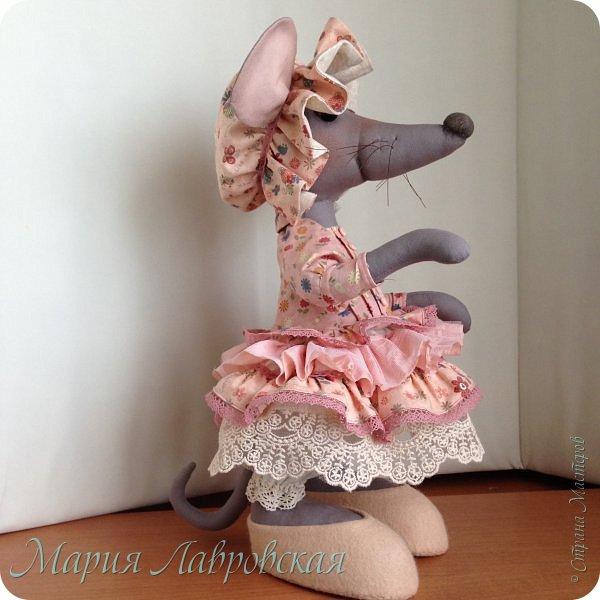 Прошу знакомиться -Мышуля!!!   Мышка была сшита на заказ в подарок для маленькой девочки. Поэтому и цветовая гамма нежно-розовая. Ростом она совсем не маленькая - 45см. И получилась она довольно тяжёлой, так как в ножки насыпала гранулят, что бы она  могла стоять без опоры. Это моя вторая мышка, первую можно посмотреть здесь -    http://stranamasterov.ru/node/492977   фото 4