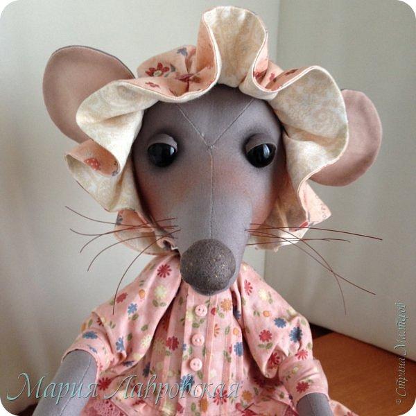 Прошу знакомиться -Мышуля!!!   Мышка была сшита на заказ в подарок для маленькой девочки. Поэтому и цветовая гамма нежно-розовая. Ростом она совсем не маленькая - 45см. И получилась она довольно тяжёлой, так как в ножки насыпала гранулят, что бы она  могла стоять без опоры. Это моя вторая мышка, первую можно посмотреть здесь -    http://stranamasterov.ru/node/492977   фото 5
