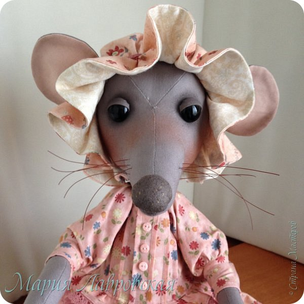 Прошу знакомиться -Мышуля!!!   Мышка была сшита на заказ в подарок для маленькой девочки. Поэтому и цветовая гамма нежно-розовая. Ростом она совсем не маленькая - 45см. И получилась она довольно тяжёлой, так как в ножки насыпала гранулят, что бы она  могла стоять без опоры. Это моя вторая мышка, первую можно посмотреть здесь -    http://stranamasterov.ru/node/492977   фото 7