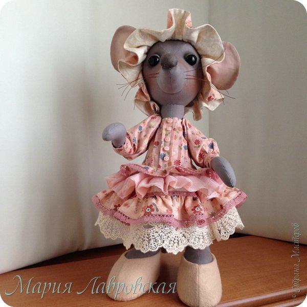 Прошу знакомиться -Мышуля!!!   Мышка была сшита на заказ в подарок для маленькой девочки. Поэтому и цветовая гамма нежно-розовая. Ростом она совсем не маленькая - 45см. И получилась она довольно тяжёлой, так как в ножки насыпала гранулят, что бы она  могла стоять без опоры. Это моя вторая мышка, первую можно посмотреть здесь -    http://stranamasterov.ru/node/492977   фото 8