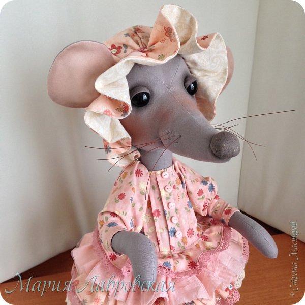 Прошу знакомиться -Мышуля!!!   Мышка была сшита на заказ в подарок для маленькой девочки. Поэтому и цветовая гамма нежно-розовая. Ростом она совсем не маленькая - 45см. И получилась она довольно тяжёлой, так как в ножки насыпала гранулят, что бы она  могла стоять без опоры. Это моя вторая мышка, первую можно посмотреть здесь -    http://stranamasterov.ru/node/492977   фото 1
