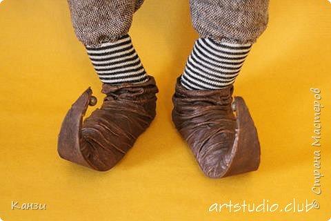 """Здравствуйте, дорогие друзья! Для своей новой куклы решила я изготовить башмачки с загнутыми носками. Давно почему-то хотелось, но все никак руки не доходили. Башмаки получились несъемные. Даже название таких башмачков нашла - пулены.  Вот что говорит интернет: """"Пулены - это обувь с заостренными носами, которая была популярна в 14 веке. Мысок такой обуви мог достигать экстремальных размеров (до 10 см), и для сохранения его формы, а также для удобства ходьбы, внутри он наполнялся мхом и волосами. Очень длинный мысок иногда закреплялся цепочкой. У женщин мысок был намного меньше, чем у мужчин. Некоторые модники украшали носы своей обуви колокольчиками, маленькими зверушками, и даже зеркалами, чтобы на ходу можно было любоваться собой."""" Во как! фото 3"""