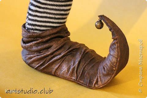 """Здравствуйте, дорогие друзья! Для своей новой куклы решила я изготовить башмачки с загнутыми носками. Давно почему-то хотелось, но все никак руки не доходили. Башмаки получились несъемные. Даже название таких башмачков нашла - пулены.  Вот что говорит интернет: """"Пулены - это обувь с заостренными носами, которая была популярна в 14 веке. Мысок такой обуви мог достигать экстремальных размеров (до 10 см), и для сохранения его формы, а также для удобства ходьбы, внутри он наполнялся мхом и волосами. Очень длинный мысок иногда закреплялся цепочкой. У женщин мысок был намного меньше, чем у мужчин. Некоторые модники украшали носы своей обуви колокольчиками, маленькими зверушками, и даже зеркалами, чтобы на ходу можно было любоваться собой."""" Во как! фото 1"""